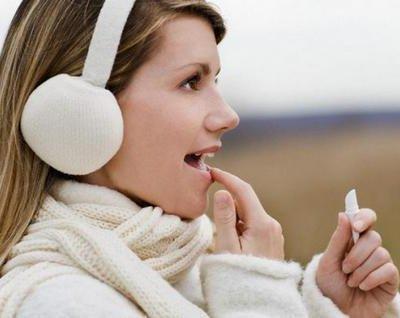Як зволожити сухі губи в домашніх умовах: рейтинг кращих бальзамів, гелів і помад