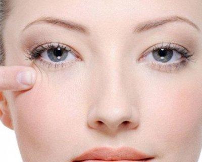 Набряки, «гусячі лапки» і зморшки під очима: як позбутися від перших вікових змін