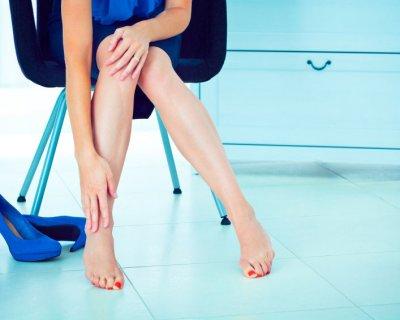 Що викликає гострий біль у верхній частині стопи при ходьбі