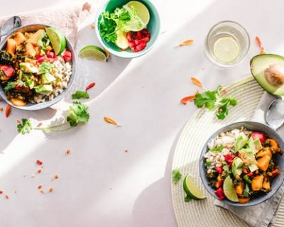 Скільки калорій насправді в популярних салатах (і як їх зменшити)