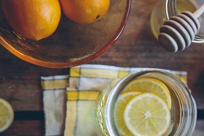 П'ємо і не гладшаємо: в чому користь і шкода води з лимоном для здоров'я людини