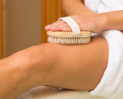 Як правильно робити сухий масаж (і чим він взагалі такий хороший)
